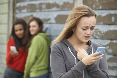 Adolescente victime de cyberbullying